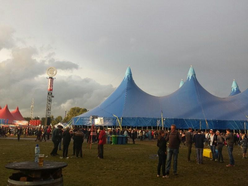 Lowlands zondag: Laveren tussen bui en band